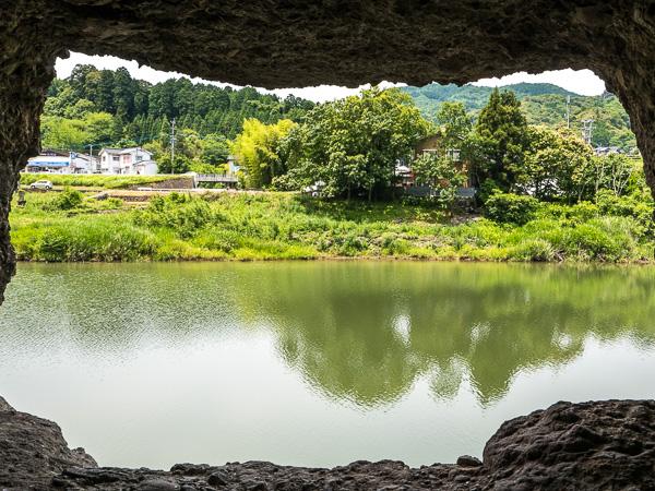 洞門の明かり取り窓から対岸を見る