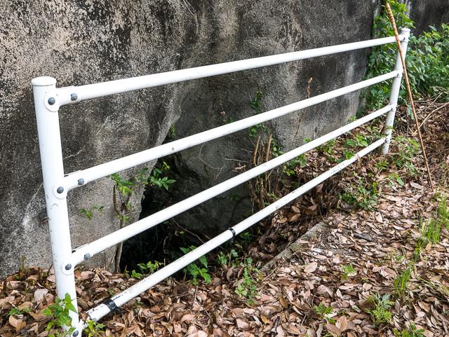 荒瀬井路の明かり窓、柵がつけられている