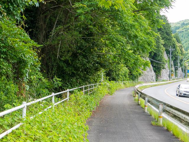 国道脇に荒瀬井路のトンネル