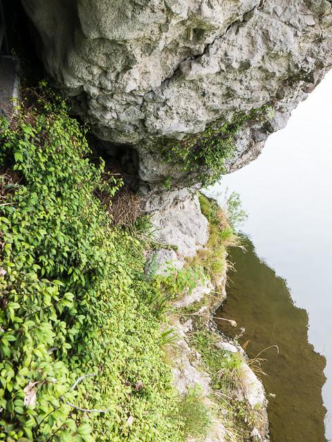 昔の洞門跡と水面