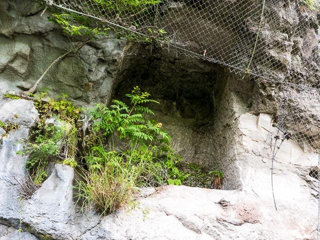 青の洞門の地蔵の石穴
